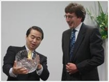 Exchanging gifts: Paul Walker (right) Managing Director of Malvern Instruments and Hisashi Ietsugu, President and CEO of Sysmex Corporation during a recent celebration to mark the extension of Malvern's direct operations in Japan